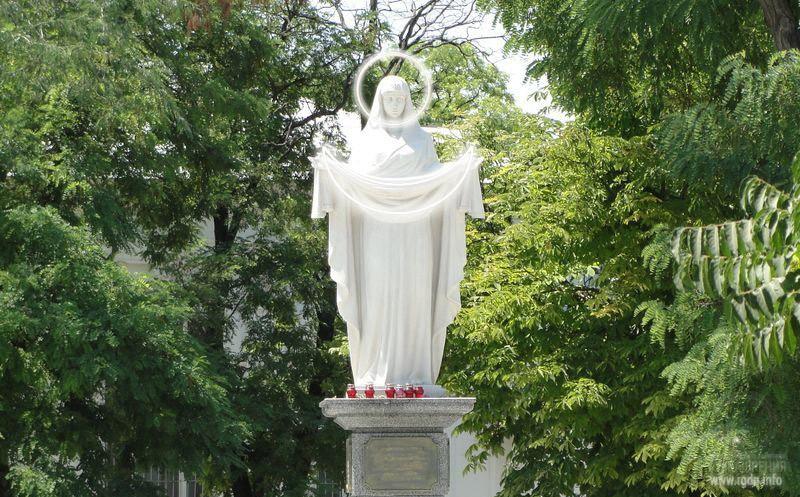 Статуя Девы Марии Покрова. Стилизованный знак АллатРа - круг и полумесяц