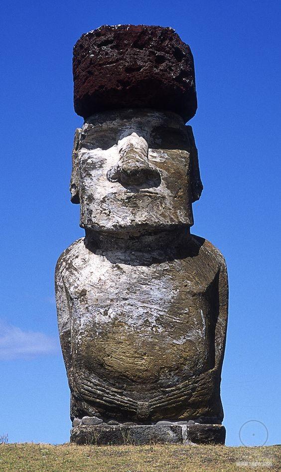Моа́и — каменные монолитные статуи на тихоокеанском острове Пасхи