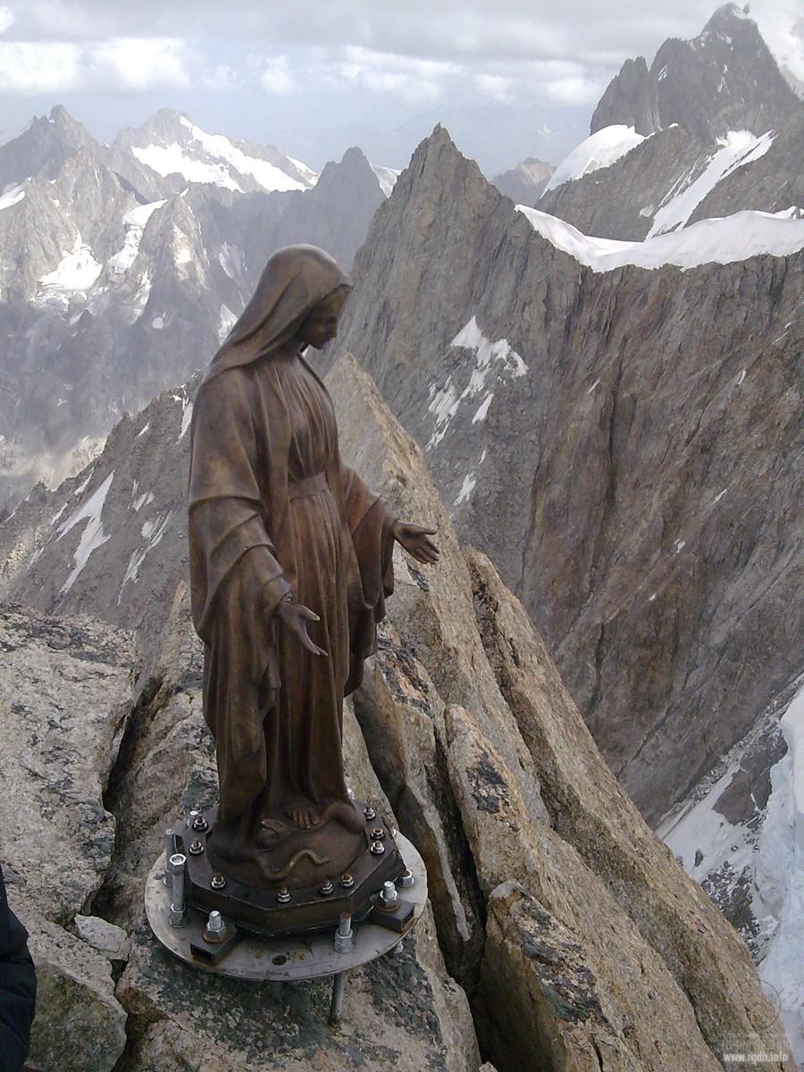 Альпы, статуэтка Девы Марии на вершине Dent du Geant