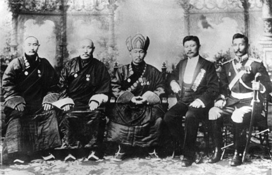 Хамбо Лама Итигэлов в центре