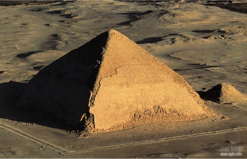 Ломаная пирамида с пирамидой-спутником