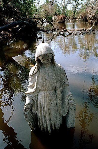 статуя Девы Марии в затопленном Новом Орлеане