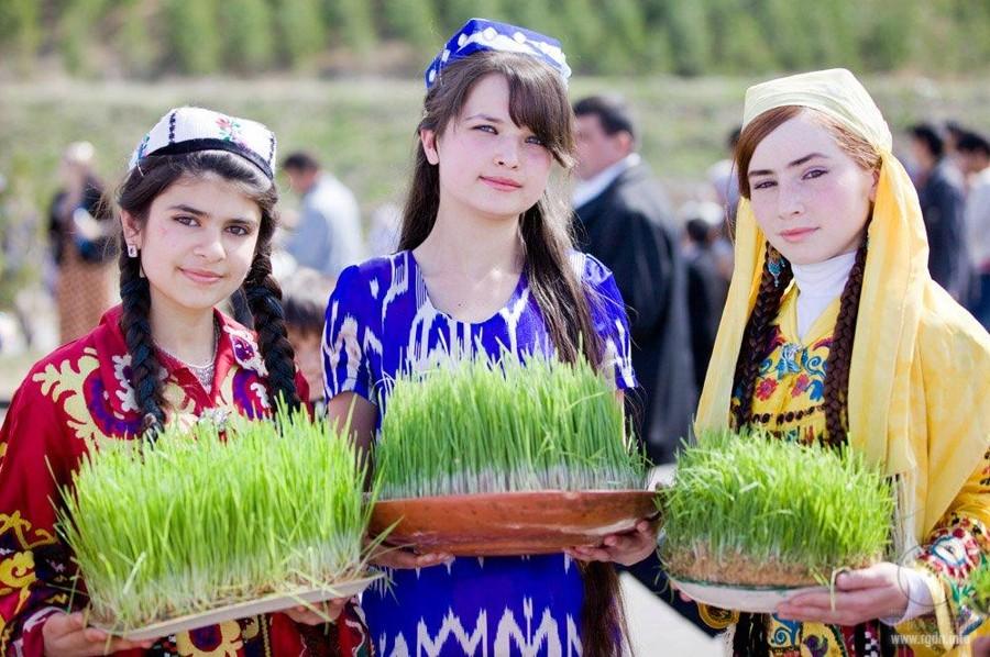 Таджикские девушки на празднике Новруз в Душанбе, Таджикистан.
