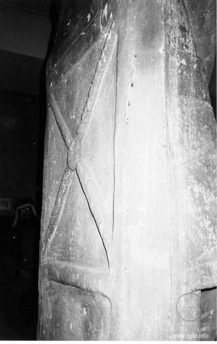 каменная половецкая баба в Москве, косой крест