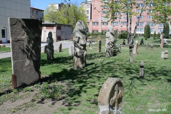 каменные бабы в Луганске