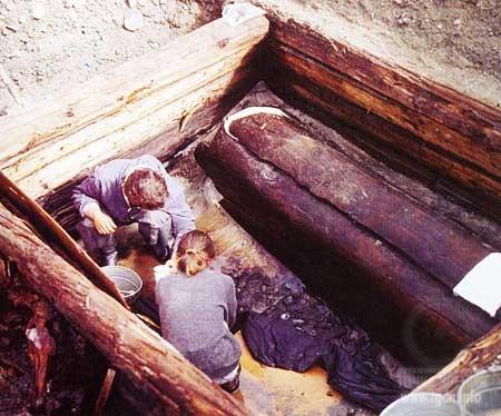 Погребальная камера с саркофагом на месте раскопок