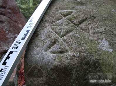 Ромбовидный знак на голове ящера Татарское святилище, Большой Рожен I петроглифы