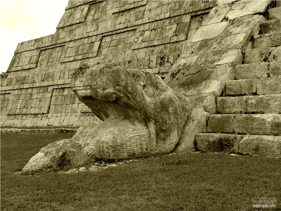 змеи в лестницы храма Кукулькана