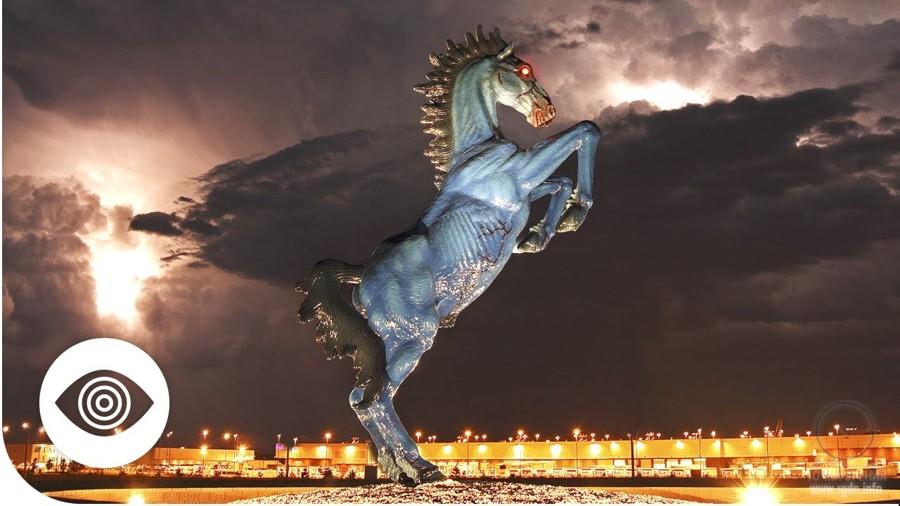 зловещий конь с красными глазами в аэропорту Денвера