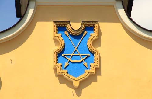 The coat of arms on the arch (or at Lyadsky Caves gates). Independence Square.